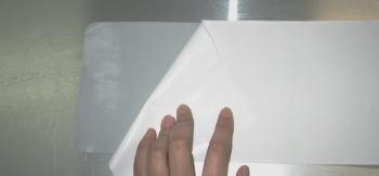 台紙を慎重に剥がします